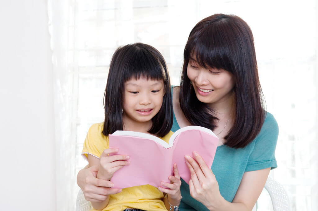 reading-to-kid-asian