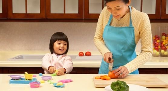 kidsonline-chua-bieng-an-cho-tre-bang-cach-cho-con-cung-nau-nuong2