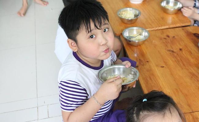 Hướng dẫn trẻ tự phục vụ - tự ăn và tự lau miệng sau ăn