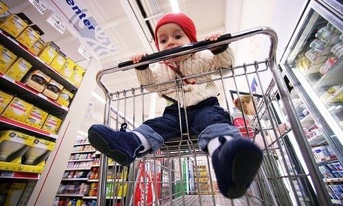 kidsonline-[Cảnh bảo] Đừng bao giờ cho trẻ ngồi xe đẩy trong siêu thị1