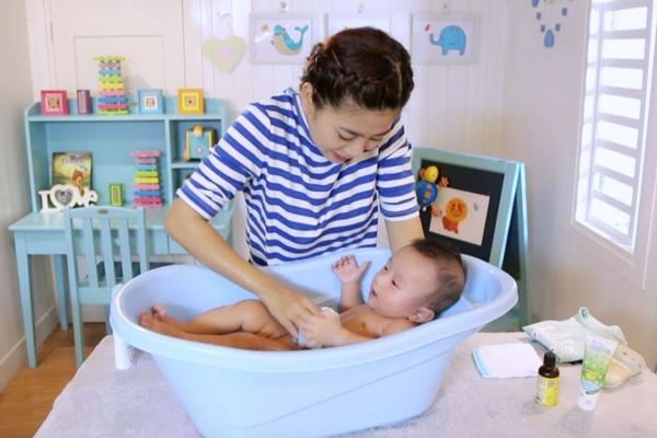 Chia sẻ kinh nghiệm chăm sóc trẻ sơ sinh trong mùa hè 03- hướng dẫn tắm cho trẻ sơ sinh