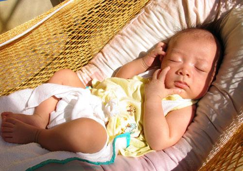 Chia sẻ kinh nghiệm chăm sóc trẻ sơ sinh trong mùa hè 02 - cho trẻ tắm nắng