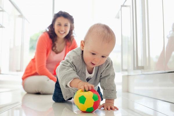 Trò bắt bóng - Những trò chơi luyện phản xạ cho trẻ 1 tuổi