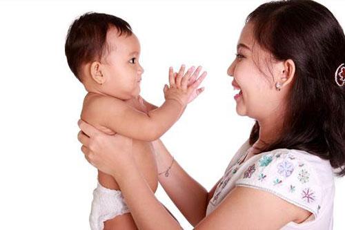 Trò vỗ tay - Những trò chơi luyện phản xạ cho trẻ 1 tuổi