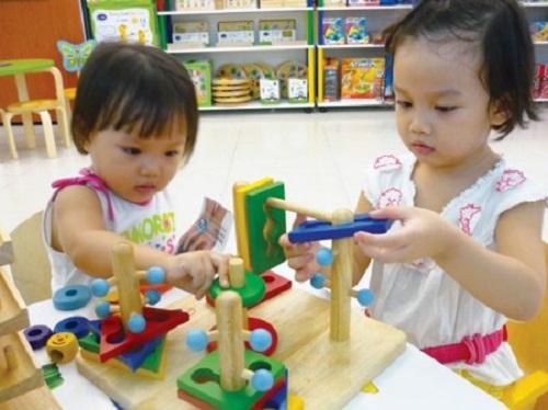 Trò xếp hình - Những trò chơi luyện phản xạ cho trẻ 1 tuổi