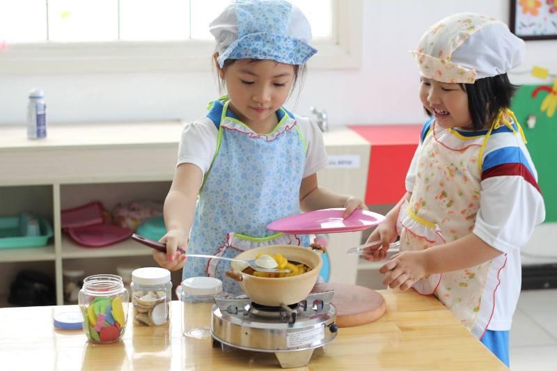 Khám phá sự phát triển não bộ của trẻ 0-6 tuổi theo Montessori 01