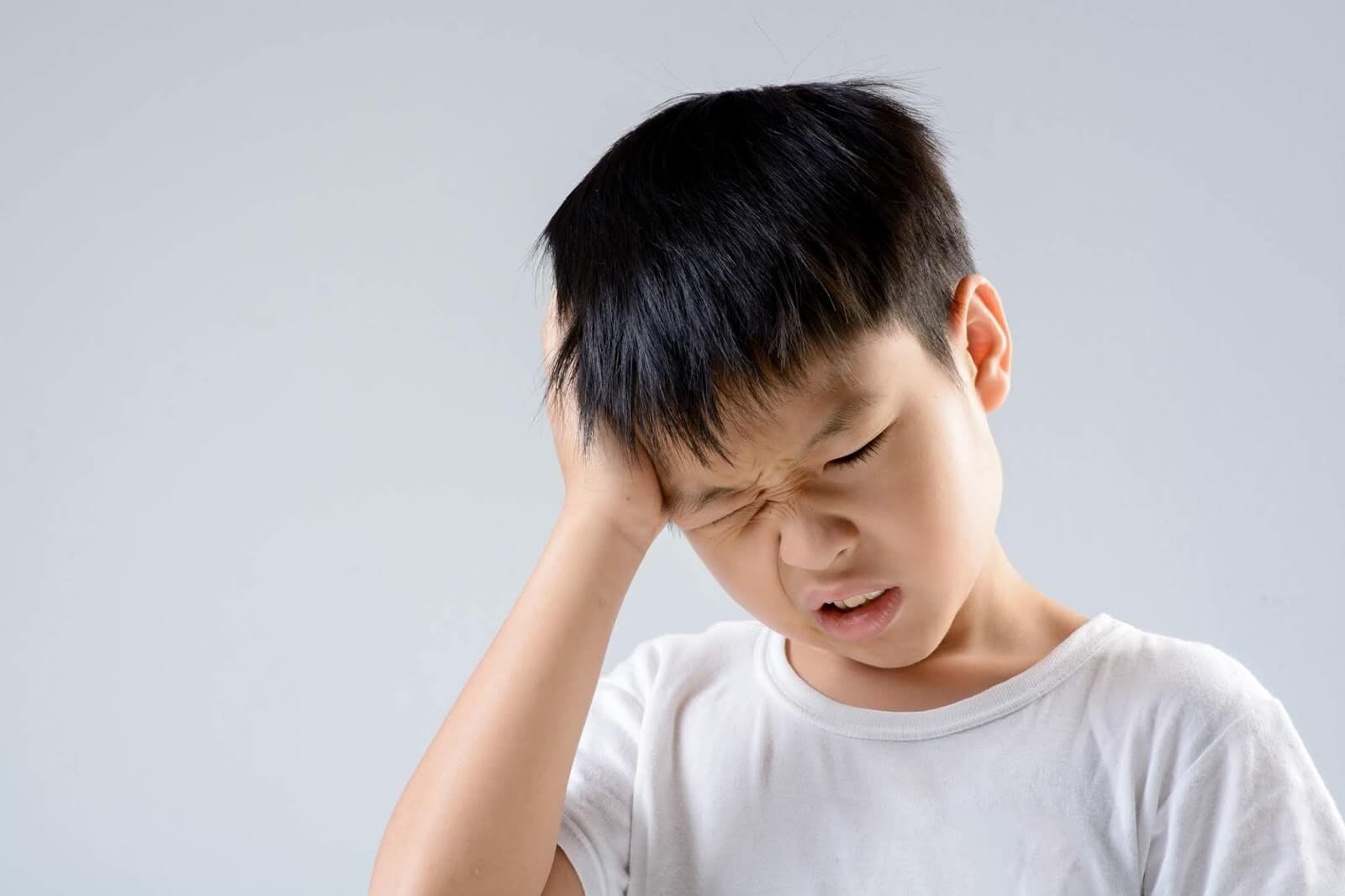Kết quả hình ảnh cho trẻ đau đầu